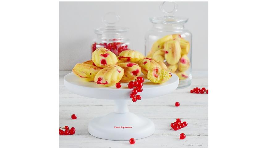 Madelens with red currants