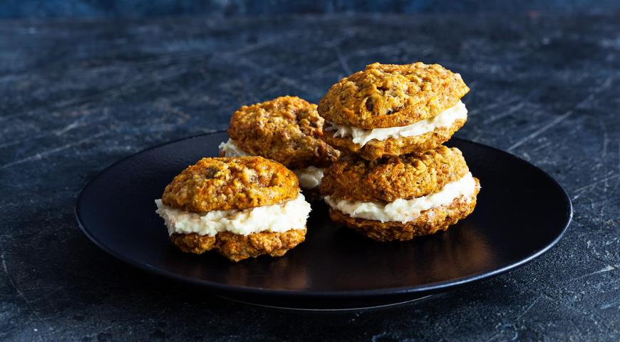 Carrot cookies with coconut cream
