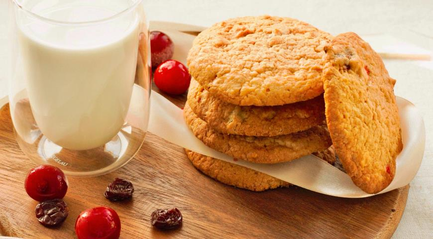 Oatmeal cookies with dried cherries