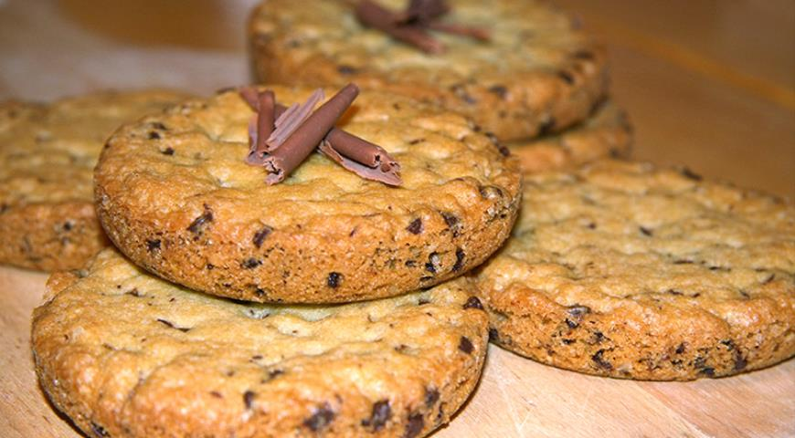 Cookies with chocolate drops and coconut flakes