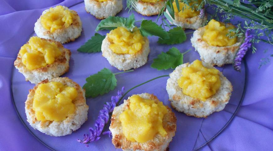 Coconut cookies with lemon curd