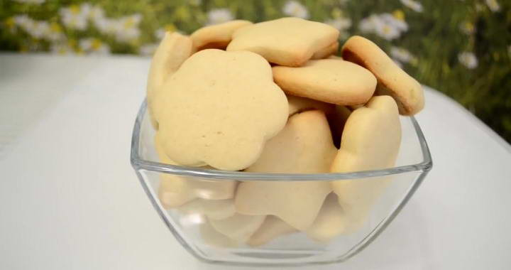 Simple uncooked biscuits