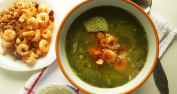 Broccoli Soup with Shrimps and Almonds