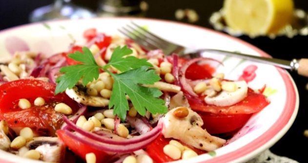Salad with Fresh Mushrooms and Tomatoes
