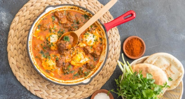 Meatballs with Tomato Sauce and Egg