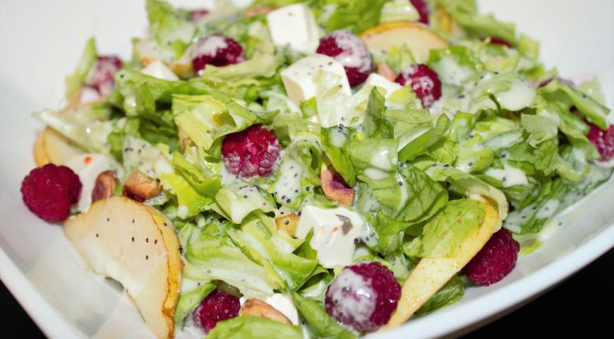 Green Salad with Raspberries and Pears