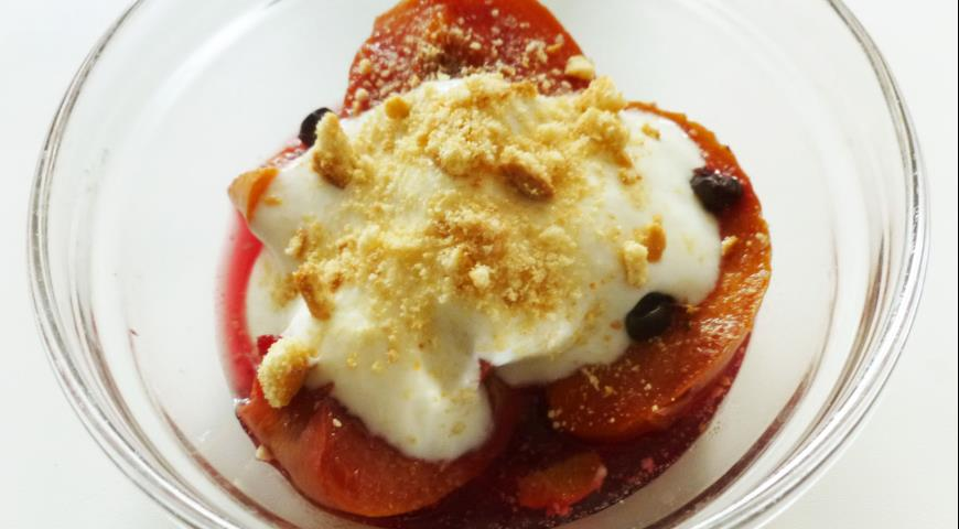 Dessert with Peaches and Black Currants