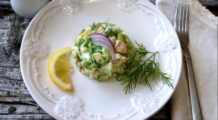 Salad with red fish, chuka and pickled cucumber