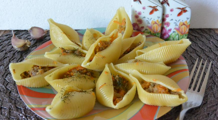 Conciglioni Stuffed with Carrots, Onions and Minced Meat with Sour Cream Sauce
