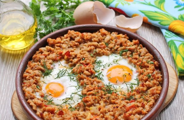 Fried eggs with minced meat and tomatoes (in the oven)