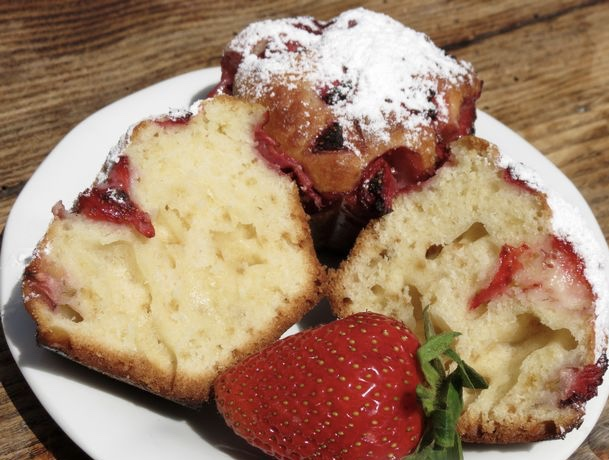 Sour cream muffins with strawberries
