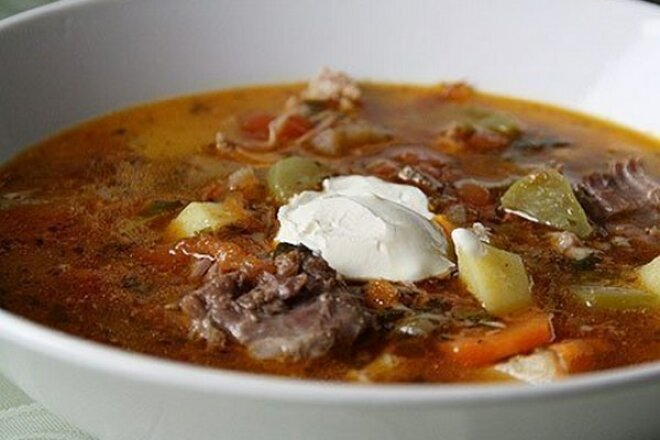 Pickle with stewed meat and sour cream