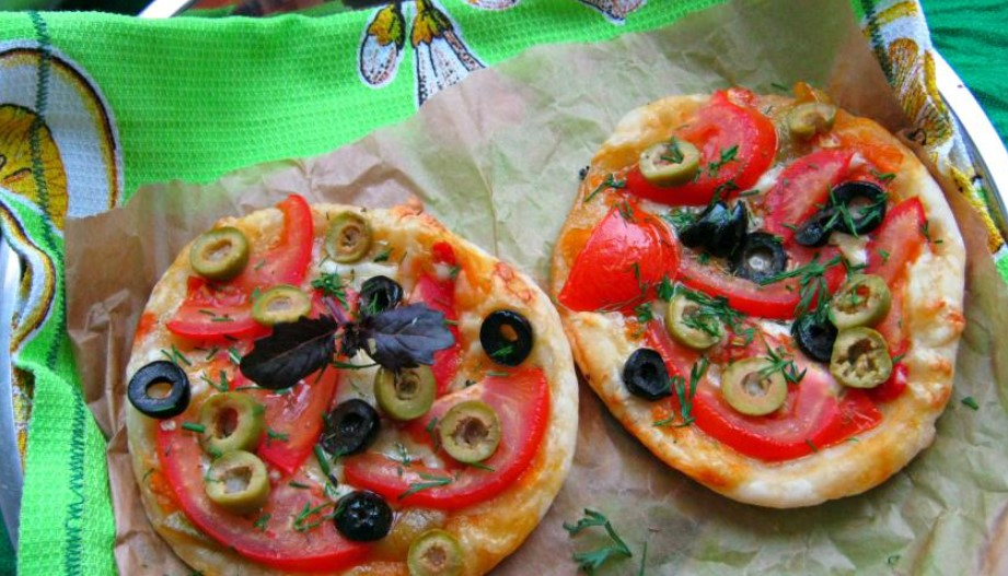 Pizza on puff pastry for a picnic