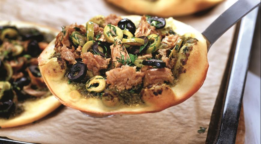 Mini pizzas with pesto and tuna sauce