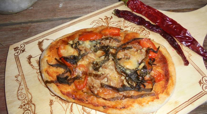 Pizza with tuna, seaweed and parmesan
