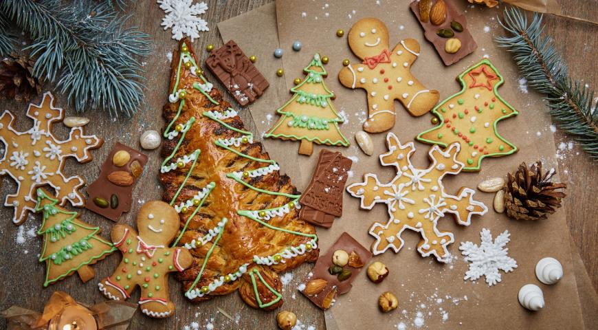 Christmas trees made of puff pastry with poppy filling