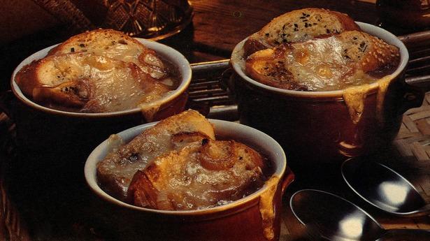 Onion soup in pots