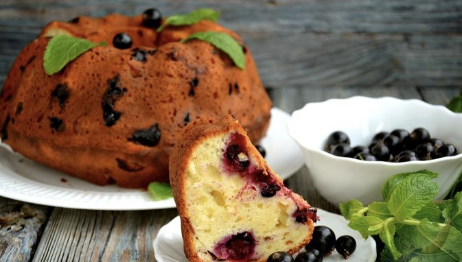 Curd cake with black currant