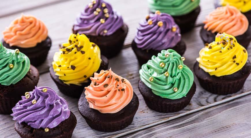 Coffee and chocolate cupcakes with multi-colored cream
