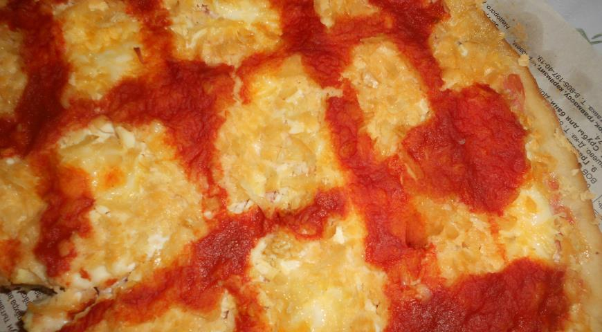 Pizza with chicken and cheese