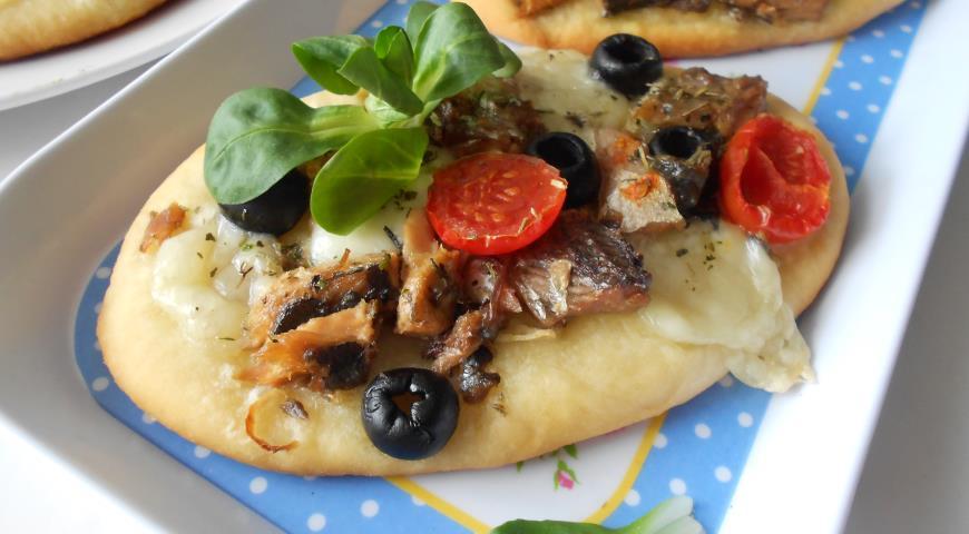 Mini pizza with saury, mozzarella and olives