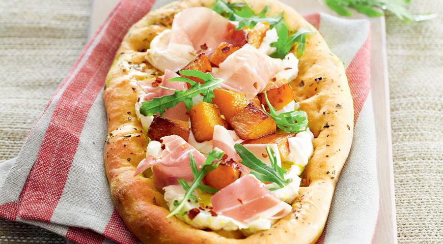 Mini pizza with pumpkin, goat cheese and ham