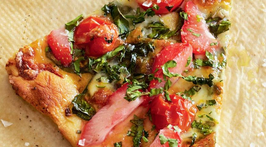 Pizza with spinach, tomatoes and strawberries