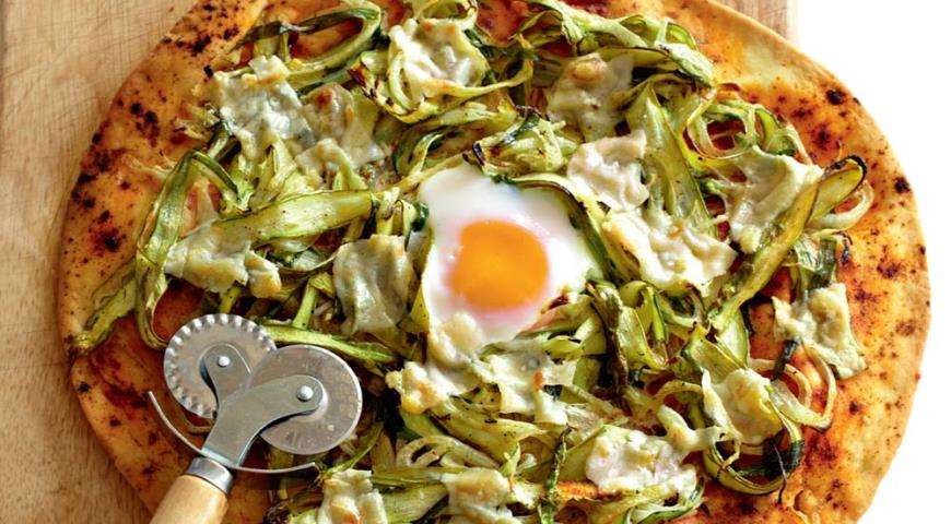 Pizza with asparagus, parmesan and egg