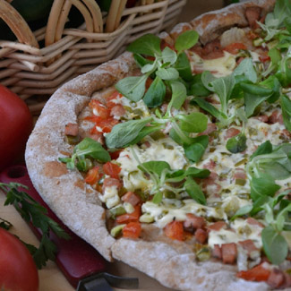 Vegetable pizza with ham