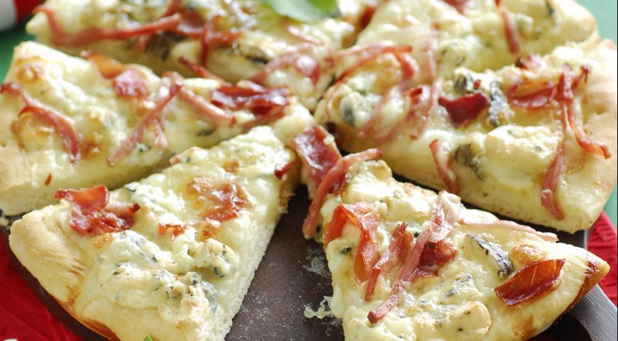 Pizza with mozzarella, gorgonzola and ham