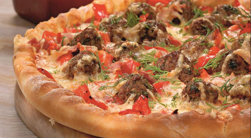 Pizza with meat balls