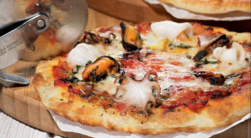Pizza fritta with seafood