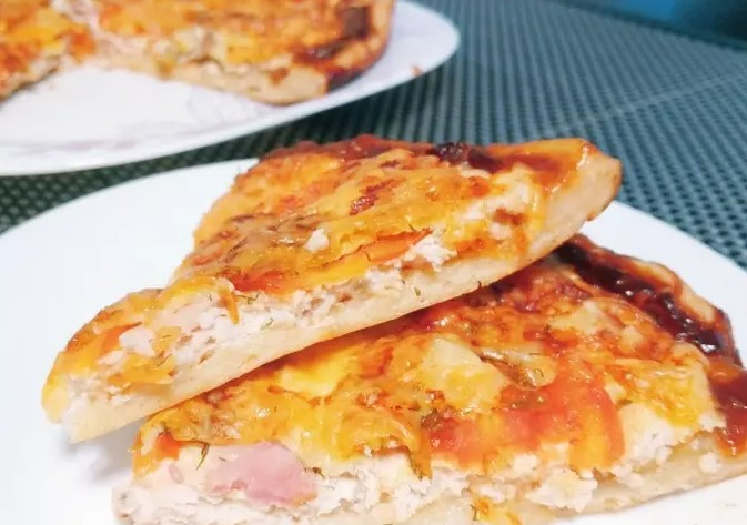 Pizza with minced chicken smoked brisket and barbecue sauce