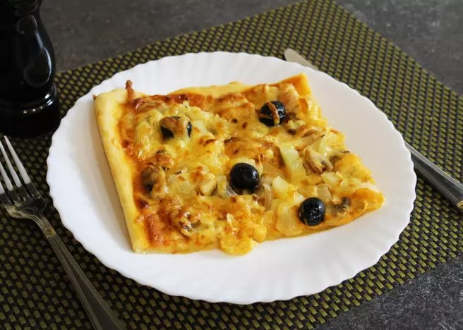 Pizza with chicken, mushrooms and pineapple
