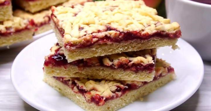 Grated Viennese biscuits with jam