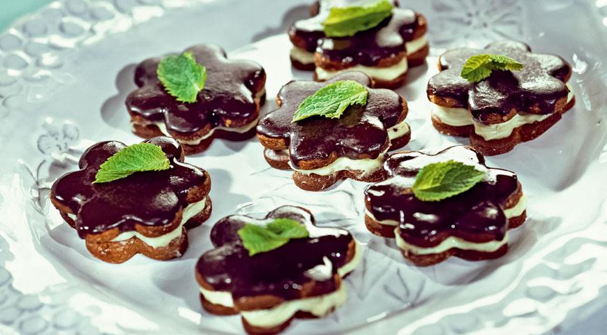 Mint cookies with chocolate