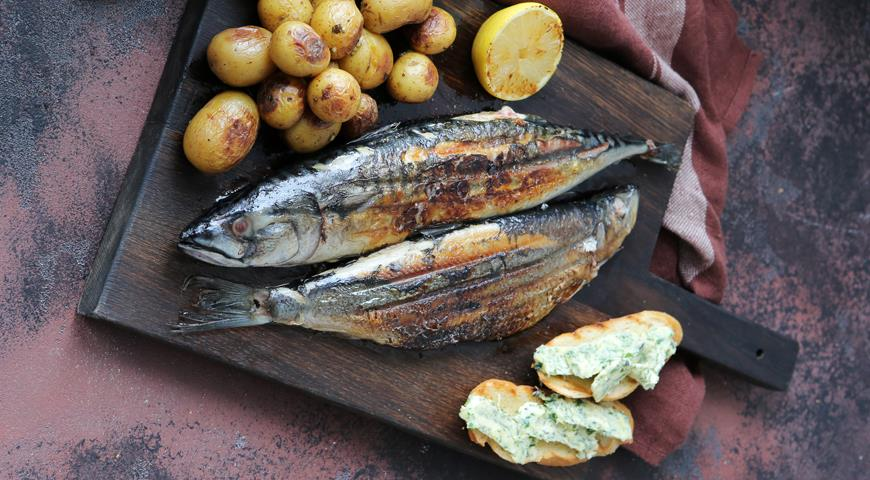 Grilled herring and mackerel with baked potatoes