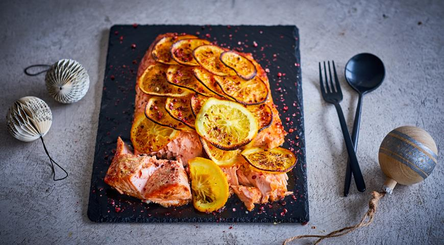 Salmon with oranges, teriyaki and pink pepper