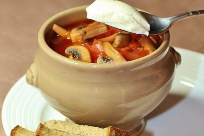 Lean borsch with mushrooms and pepper