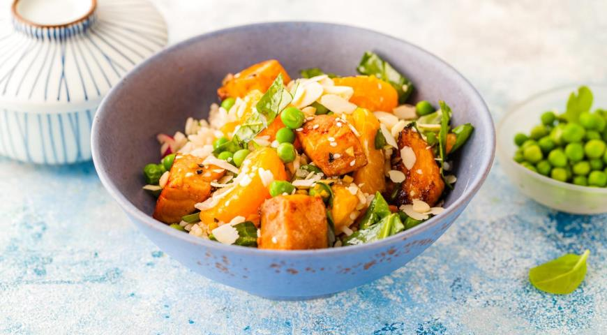 Rice Asian salad with warm salmon