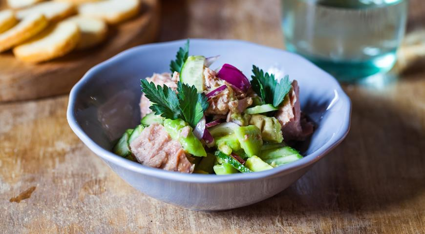 Avocado salad with canned tuna