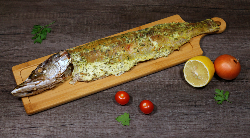Baked pike in foil