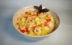 Cheese soup with shrimps and corn