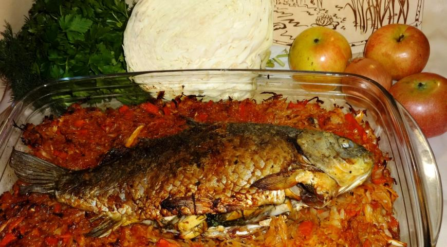 Baked crucian carp with apples and cabbage