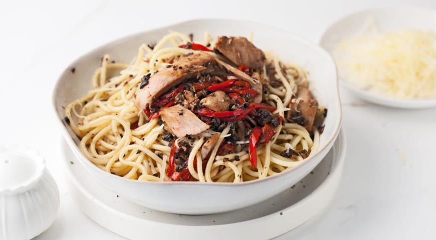 Spaghetti with tuna, pepper and olive paste