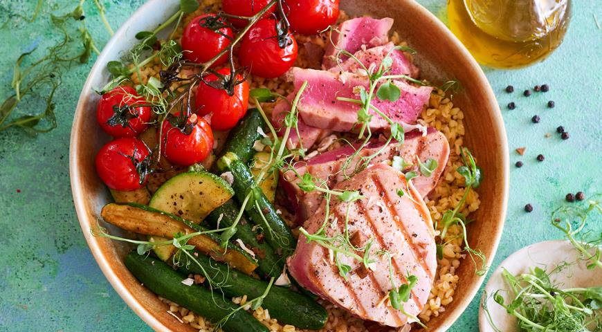 Grilled tuna and vegetables with lemon bulgur