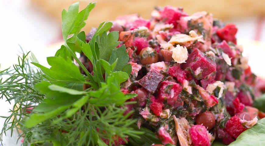 Vinaigrette salad with seaweed and fish
