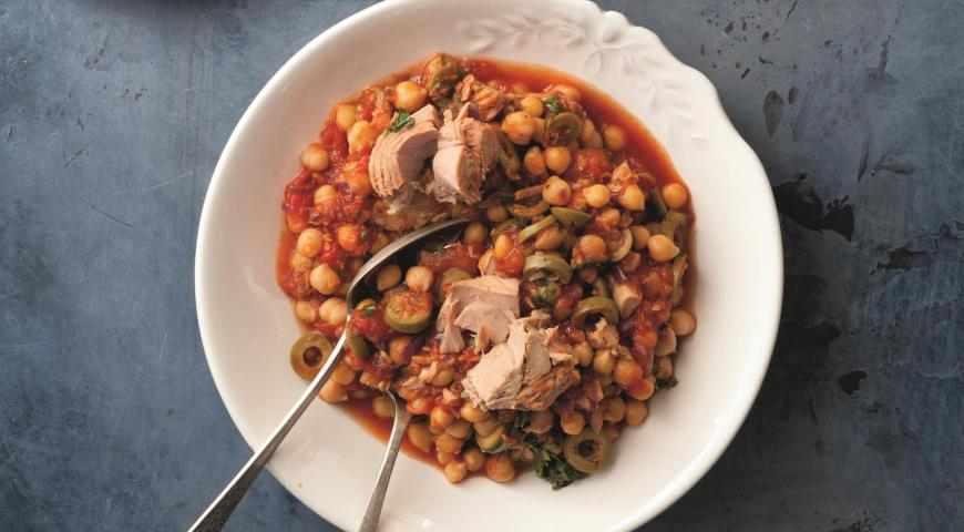 Stewed chickpeas with tuna and olives