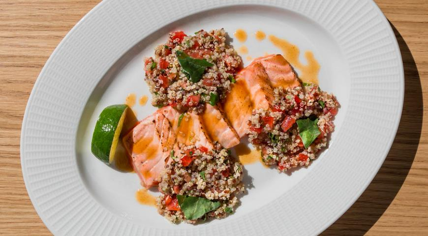 Fire salmon with quinoa and tomatoes