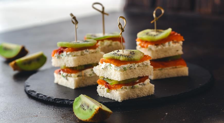 Salmon and kiwi sandwiches